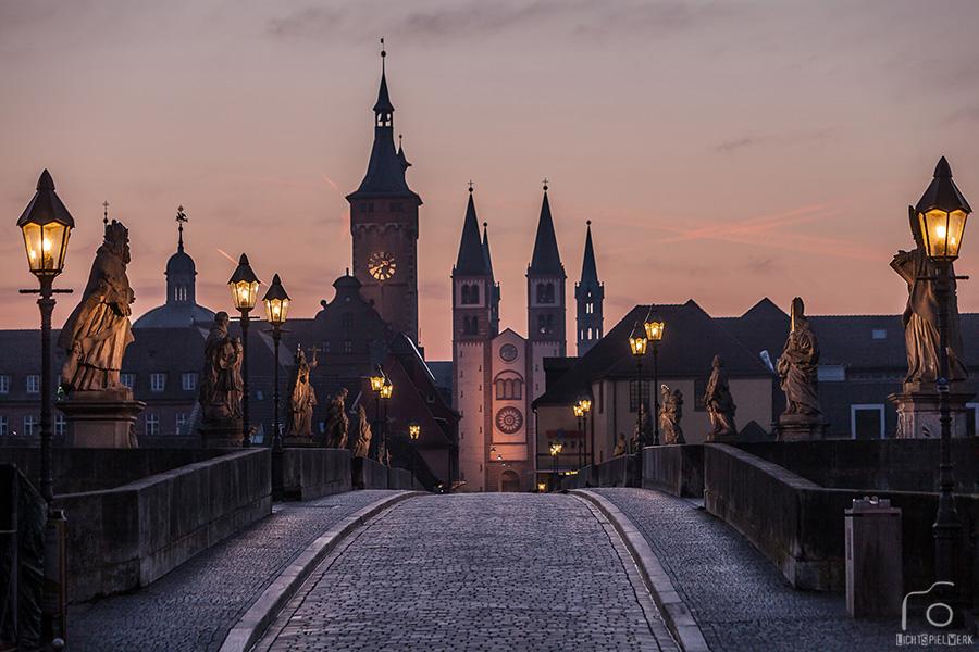 Alte Mainbrücke im Morgengrauen (Würzburg)